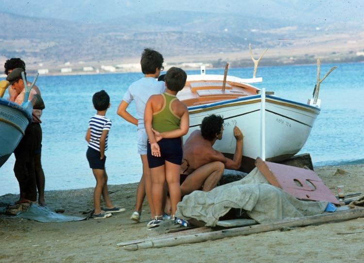 Ζωγραφίζοντας το όνομα της βάρκας