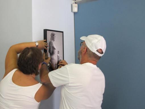 Μετά από δοκιμές, επελέγει η πλέον κατάλληλη θέση για την ανάρτηση του έργου στην είσοδο του Μουσείου