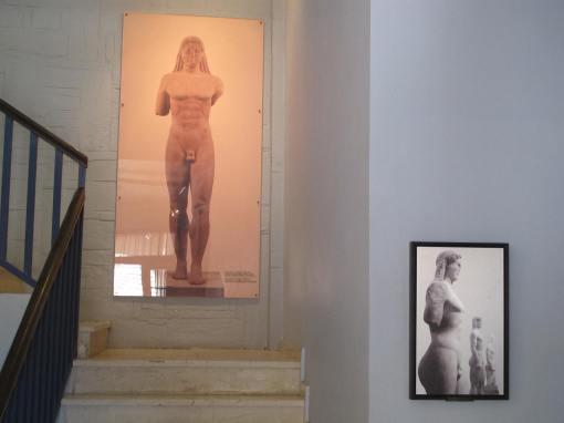 Το έργο με φόντο την μεγάλη φωτογραφία του κλιμακοστασίου με τον ΚΟΥΡΟ της ΚΕΑΣ!